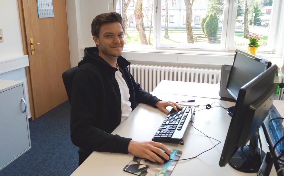Praktikant Fabian F. an seinem Arbeitsplatz