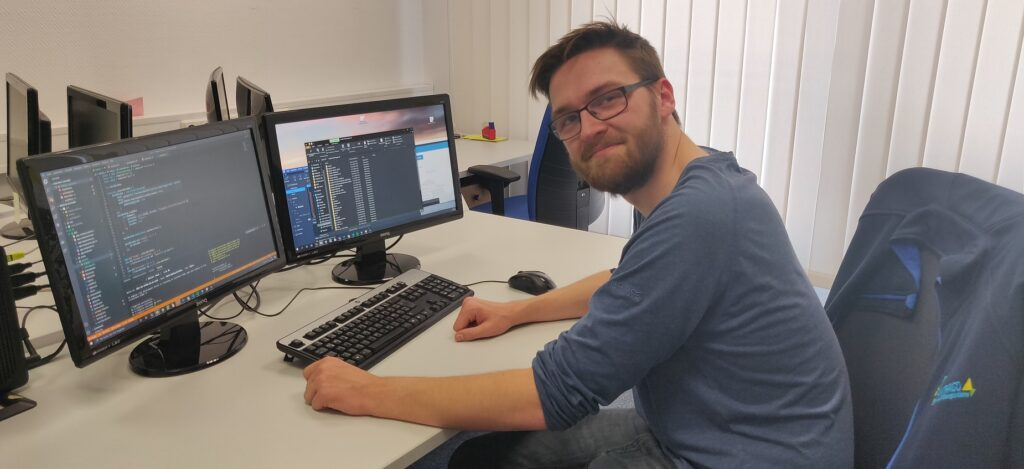 Auszubildender Jan von Sondern an seinem Arbeitsplatz bei der RR Software GmbH