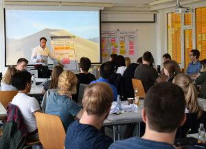 Der Referent Dr. Rössler zeigt den Studierenden die Grundlagen des SCRUM.