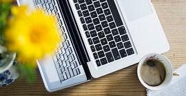 Schreibtisch mit Laptop und Kaffee