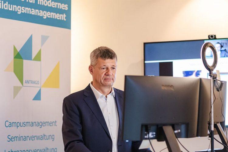 Geschäftsführer Ralf Rössler begrüßt die Teilnehmenden - Digitale ANTRAGO Konferenz 2020